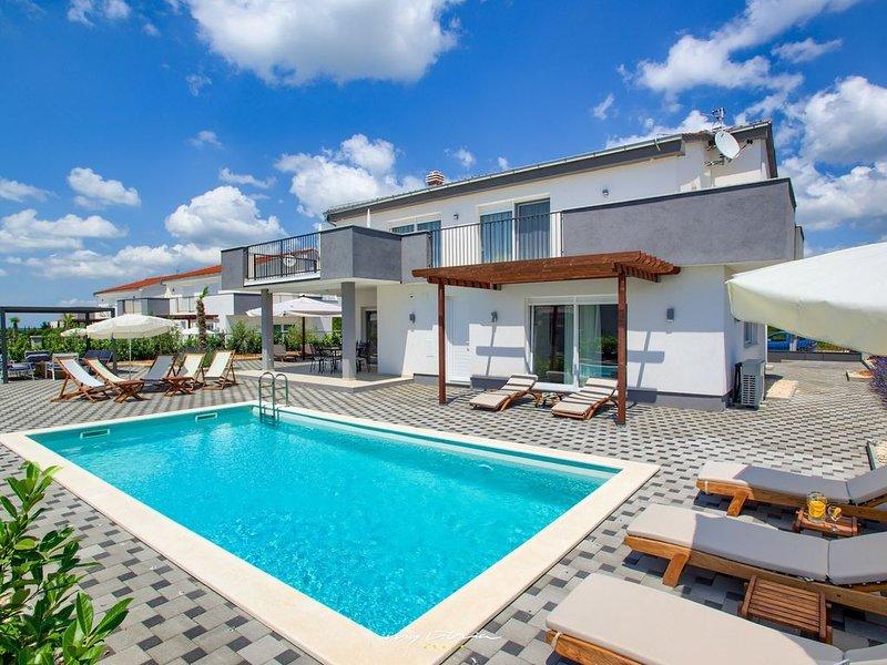 Modern new villa with pool near Zadar, Ferienwohnung in Debeljak