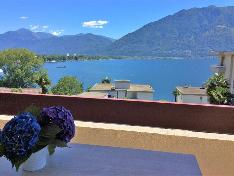 Sonnige Ferienwohnung mit Balkon und herrlicher Aussicht, nahe der Seepromenade, location de vacances à Lac Majeur
