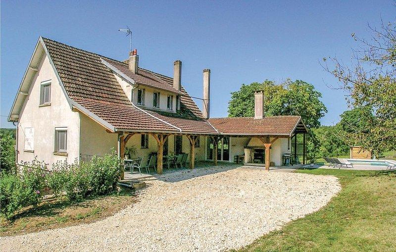 5 Zimmer Unterkunft in Eyliac, holiday rental in Saint-Pierre-de-Chignac