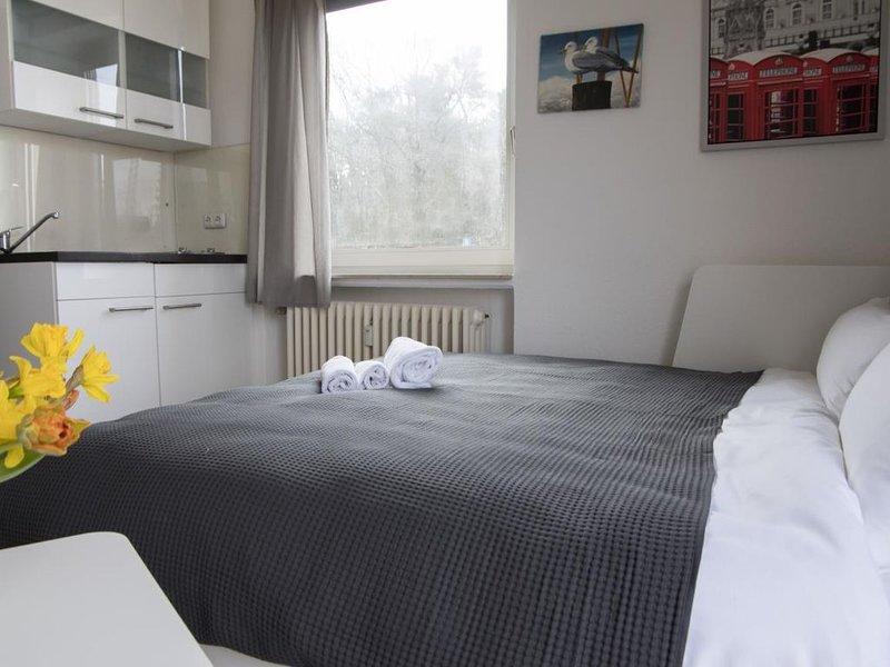 FP 54 - Moderne Parterre Wohnung mit Schwimmbad und Sauna im Haus, für 2 Persone, holiday rental in Nordholz
