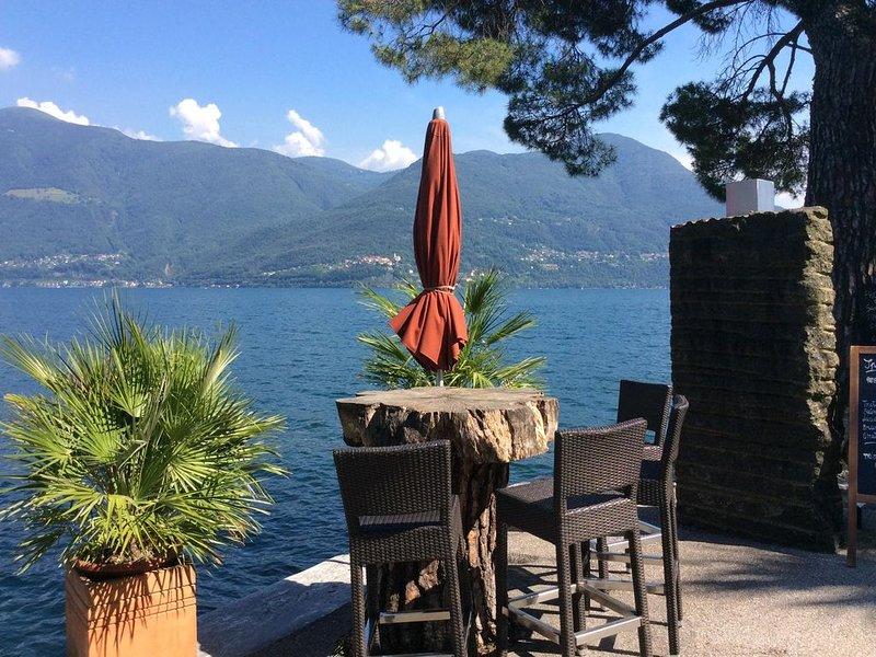 Ferienhaus direkt an der autofreien Seepromenade mit privatem Parkplatz vor dem, location de vacances à Lac Majeur