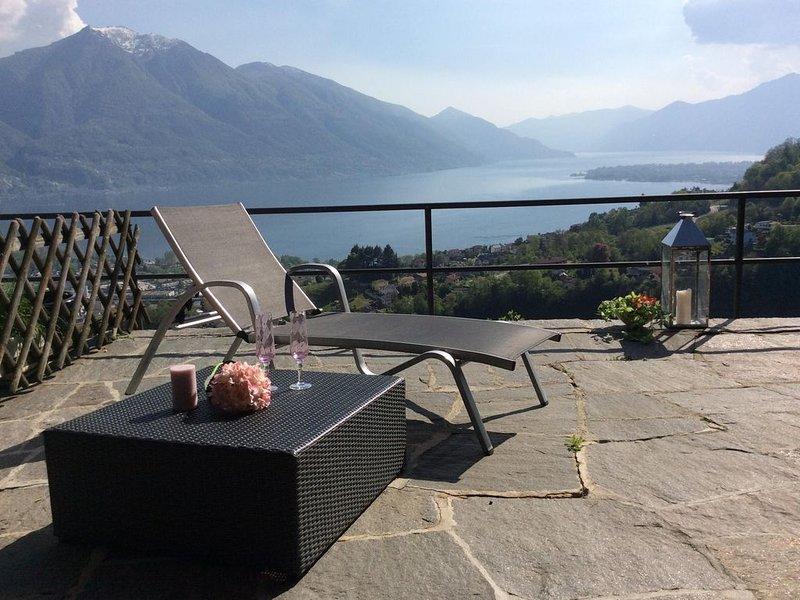Sympathisches Ferienhaus mit grosser Terrasse, Panoramablick und Ganztagssonne, location de vacances à Contone