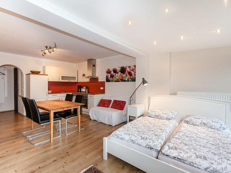 Liebevoll eingerichtetes Einzimmer-Appartement (35qm) mit Balkon für bis zu zwei, holiday rental in Kelheim