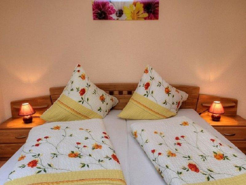 Ferienwohnung, 70qm, 2 Schlafzimmer, 2 Balkone, max. 4 Erwachsene und 2 Kinder, aluguéis de temporada em Kirchzarten