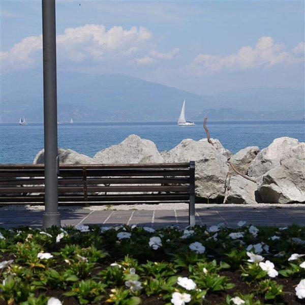 Direkt am Seeufer gelegene Ferienwohnung – ideal für Paare und Familien, vacation rental in Desenzano Del Garda