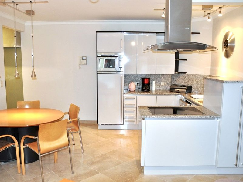 KNOKKE ZOUTE THE MOST EXCLUSIVE BELGIAN SEASIDE TOWN AND ... NEAR BRUGES, holiday rental in Retranchement