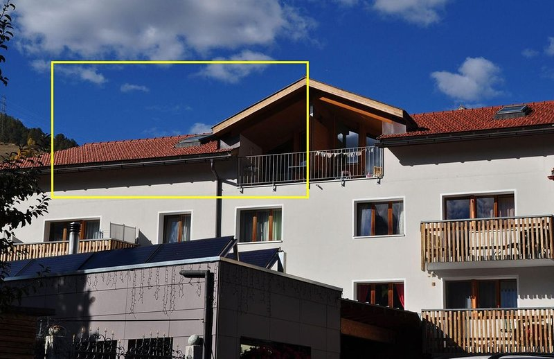 Schöne und moderne Dachwohnung im 3., holiday rental in Tarasp