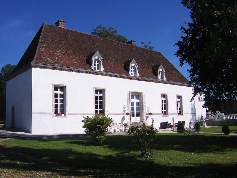 Manor House with pool in quiet countryside near to Beaune ., holiday rental in Seurre