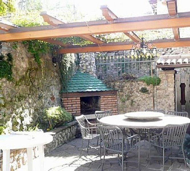 APARTMENT GARDEN NAGO TORBOLE mit großer Terrasse, Garten und Grillkamin, Ferienwohnung in Torbole