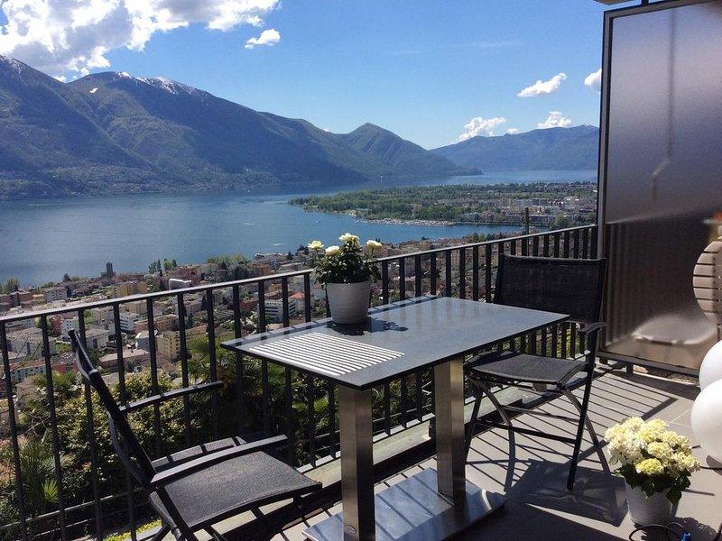 Komfortable Ferienwohnung mit herrlicher Aussicht, Hallenbad und Sauna, casa vacanza a Lago Maggiore