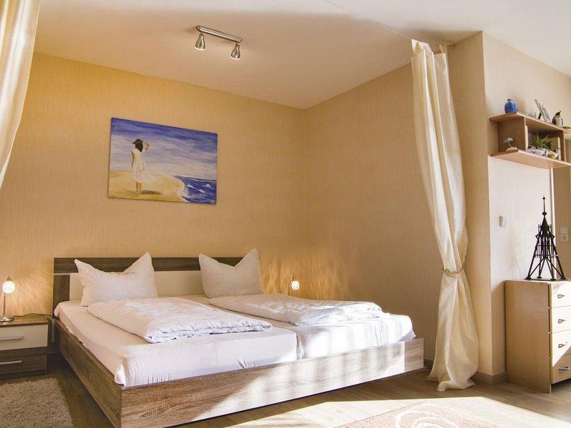 FP 205 - Gemütliche Ferienwohnung am Strand mit Schwimmbad und Sauna im Haus, fü, holiday rental in Nordholz