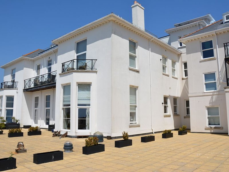 Stunning 2 Bedroom apartment overlooking Torbay, aluguéis de temporada em Torquay