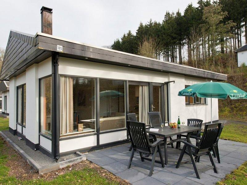 Komfort 6-Personen-Ferienhaus im Ferienpark Landal Wirfttal, holiday rental in Birgel