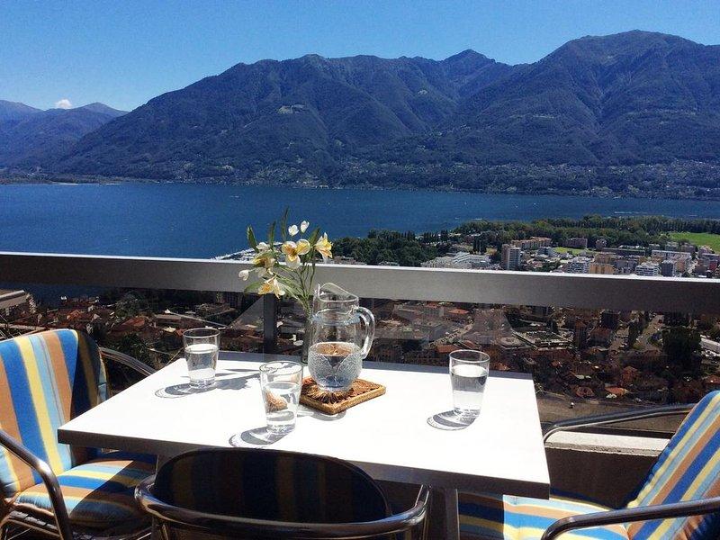 Ferienwohnung mit Panoramasicht, Gemeinschaftspool, Liegewiese und Pergola, casa vacanza a Lago Maggiore