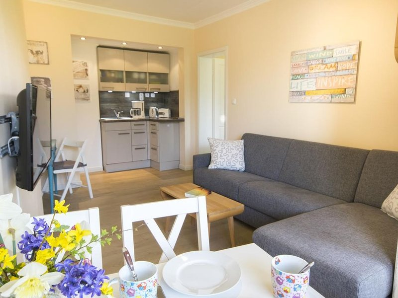 FP 57 - Moderne Ferienwohnung mit Dachterrasse und Schwimmbad im Haus, für 4 Per, holiday rental in Nordholz