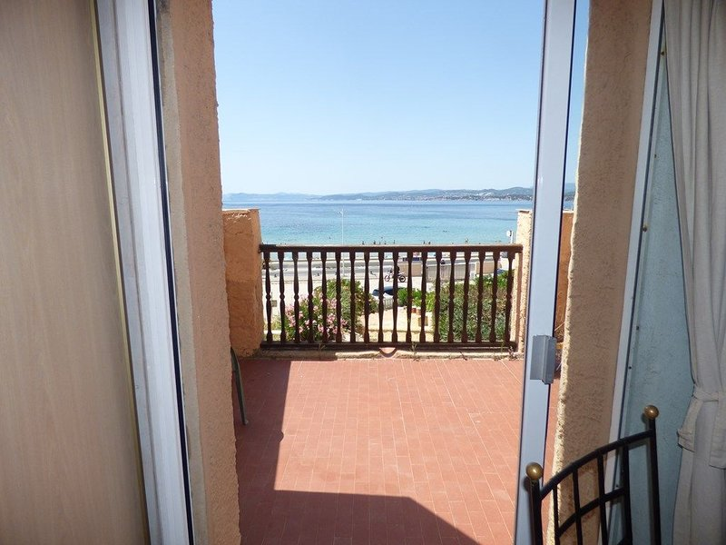 Pleine vue mer, à 10 m plage de sable, au Brusc, Terrasse..., holiday rental in Ile des Embiez