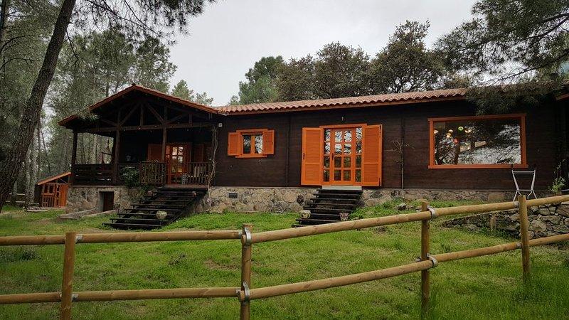 Casa de madera en el bosque, en una finca con caballos. Muy cerca de Madrid.Res, alquiler vacacional en Santa María del Tiétar