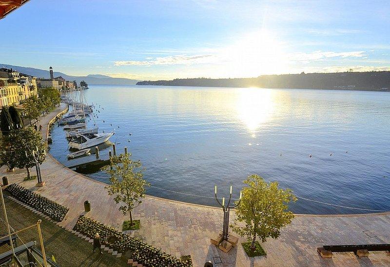 Casa Nuvola, rimborso completo con voucher*: Un luminoso ed elegante appartament, holiday rental in Lake Garda