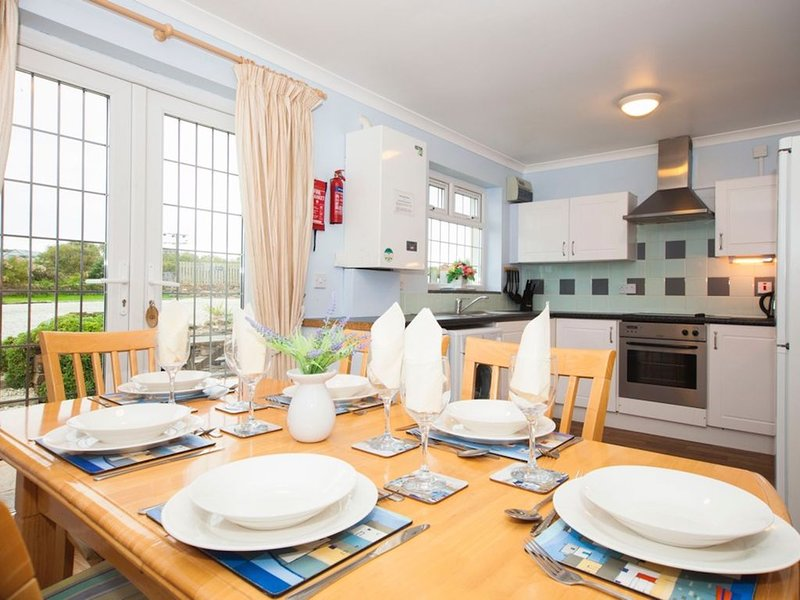 Modern seaside cottage, dog friendly, 200m from beach at Harlyn Bay. nr Padstow, Ferienwohnung in Harlyn