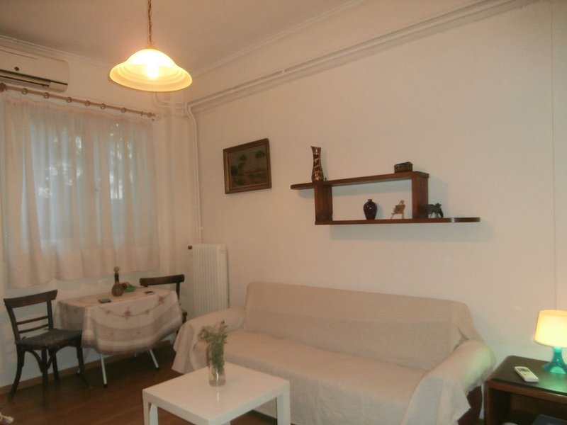 Cozy STUDIO near Metro. Μικρό ΣΤΟΥΝΤΙΟ κοντά στο Μετρό, aluguéis de temporada em Neo Psychiko