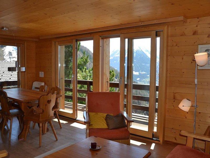 Extérieur : chalet près du centre du village, terrasse et balcon avec meubles de, aluguéis de temporada em Oberems
