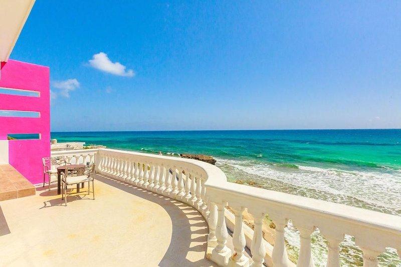 Villa Elena Suite Ocean Front Upstairs, holiday rental in Playa Mujeres