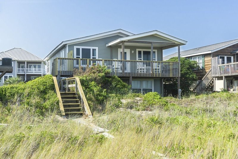 West Beach Retreat - Newly Renovated 4 Bedrooms and 3 Baths, holiday rental in Varnamtown