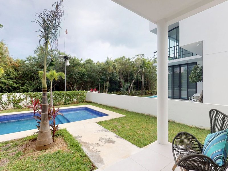 Ground-floor home w/ shared pool, garden, terrace, AC, WiFi & a great location!, location de vacances à Chemuyil