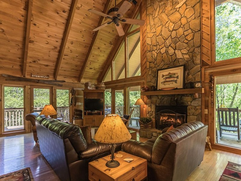 Almost Heaven ~ Bright and Sunny Cabin in the Valle Crucis Area, holiday rental in Sugar Grove