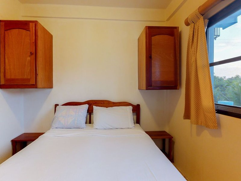 Budget-friendly suite w/ WiFi, AC & shared pool/grill/views - bike to the beach!, location de vacances à St. George's Caye