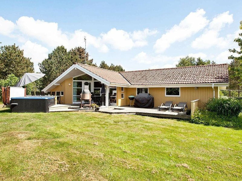 Garden-View Holiday Home in Væggerløse with Sauna, location de vacances à South Zealand