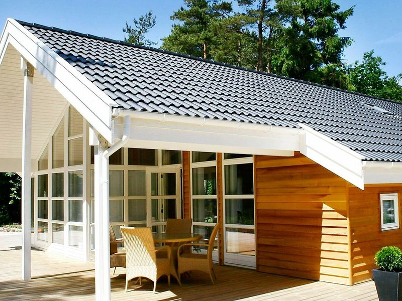 Alluring Holiday Home in Aakirkeby with Sauna, vacation rental in Roenne