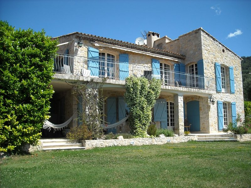 Stunning French Villa with incredible Sea View and Heated Infinity Swimming pool, Ferienwohnung in Vence
