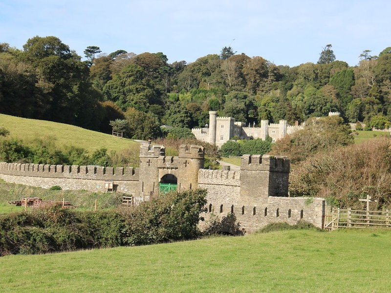 Turreted gatehouse to the historic Caerhays Castle located on the beach on the s, location de vacances à St Goran