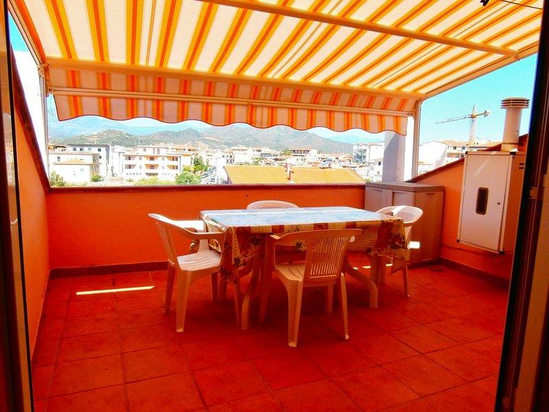 Appartamento con vista panoramica Tortolì, Ferienwohnung in Girasole
