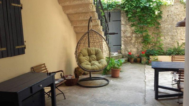 Captain Niko's House Apt 2  - an entire 2-floor house with fabulous terrace view, casa vacanza a Pitve