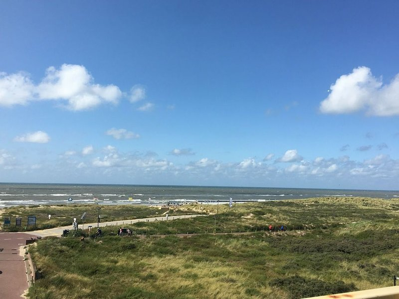Holiday apartment with a view of the dunes, sea, and lighthouse, casa vacanza a Noordwijk