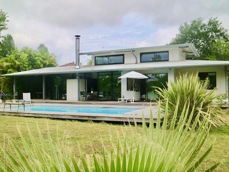 Villa d 'architectecte  180m2 style californien,  piscine chauffée  et terrasses, holiday rental in Saubion