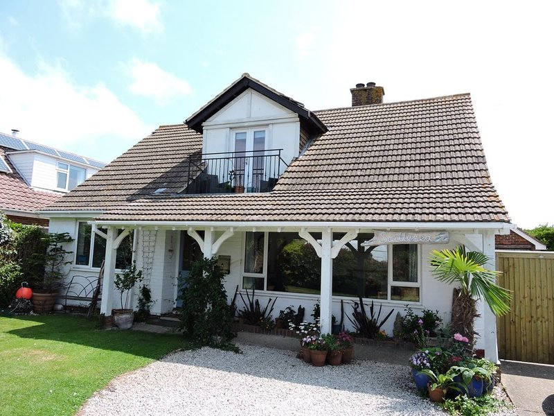 Sadlesea is a stones throw from a  blue flag beach with a  lovely garden., vacation rental in West Wittering