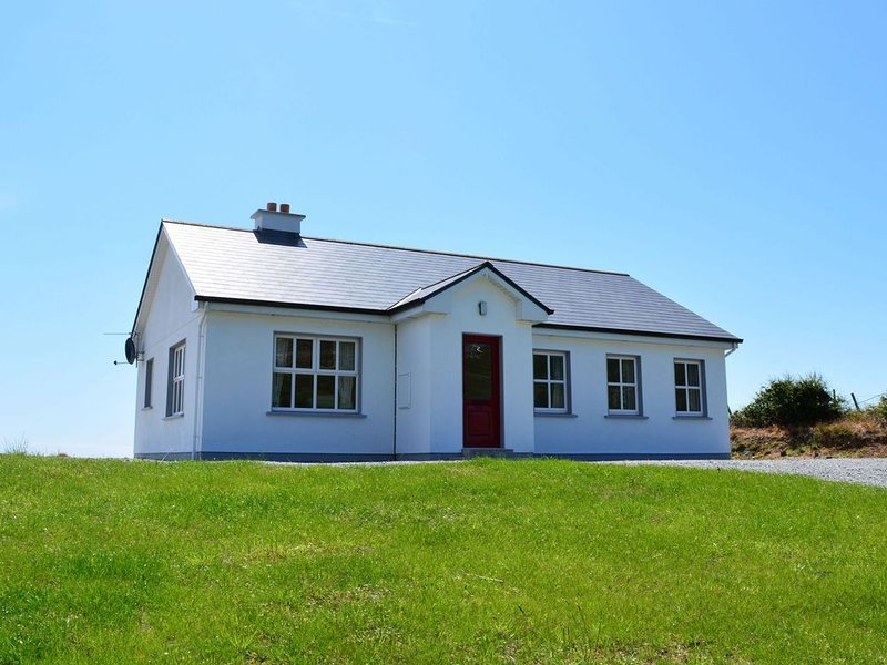 Cottage 311 Clifden - sleeps 5 guests  in 3 bedrooms, vacation rental in Clifden