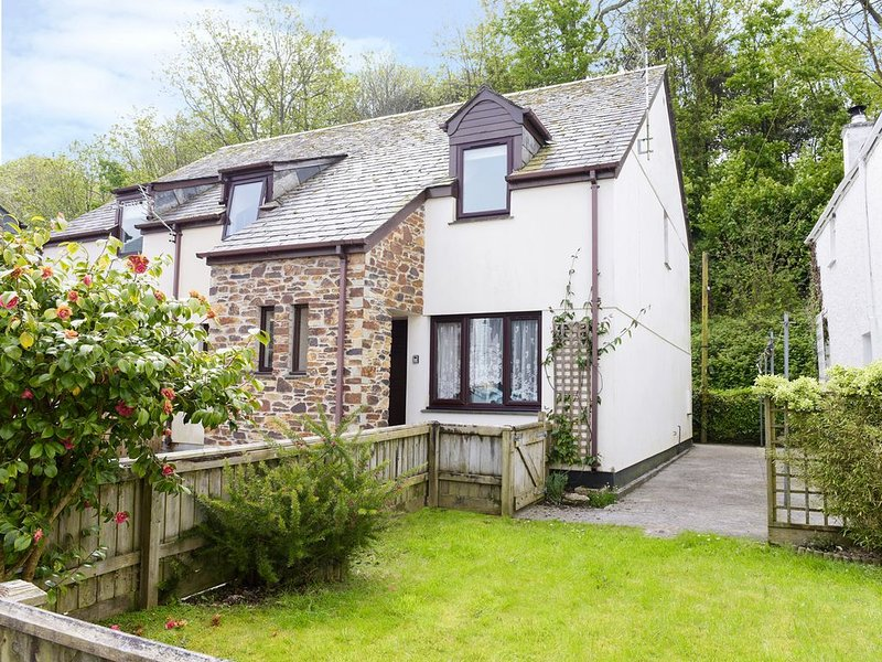 Honeysuckle Cottage, PADSTOW, holiday rental in Treator