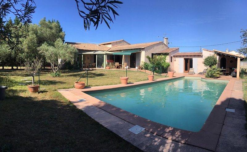 Location saisonnière d'une grande villa avec 5 chambres et piscin, holiday rental in Albaron