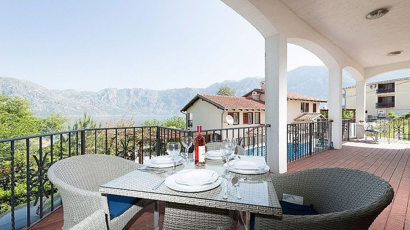 Buena Vista Apartment with stunning views & beaches and restaurants close by, vakantiewoning in Gemeente Kotor