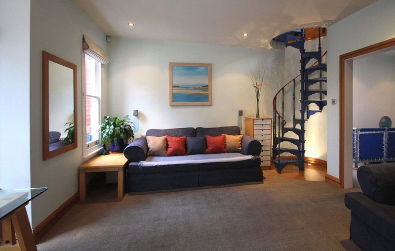 2 BEDROOM  APARTMENT, WEST LONDON, vacation rental in Hounslow