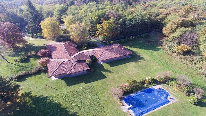 Villa con piscina, grande parco e bosco, vacation rental in Bizzozero