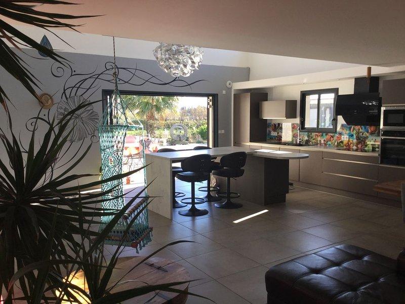 Villa de prestige contemporaine, avec grande piscine et belle terrasse, holiday rental in Salses-Le-Chateau