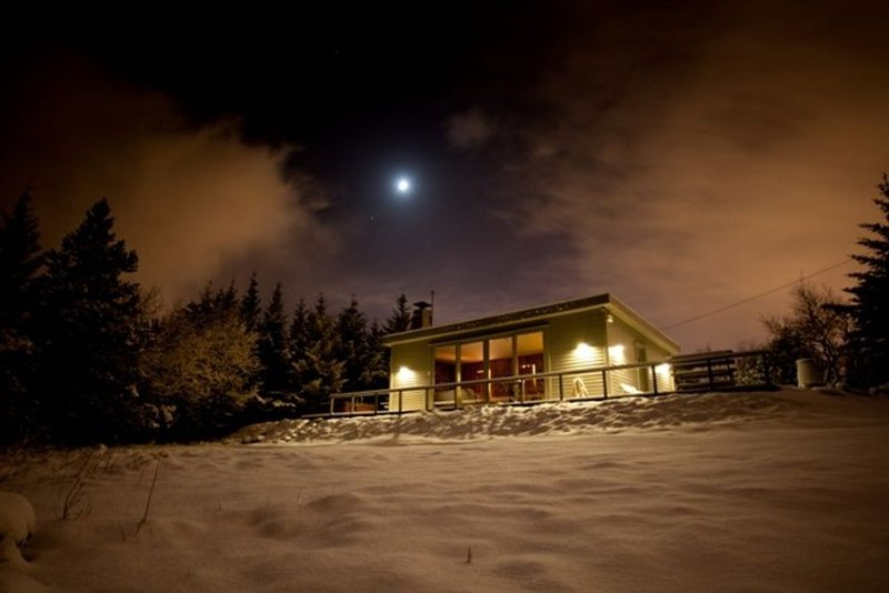 REYKJAVIK CAPITAL- 'PARADISE, with HOT TUB,BIG' Garden,'NEW' for rental.!, aluguéis de temporada em Reykjavik