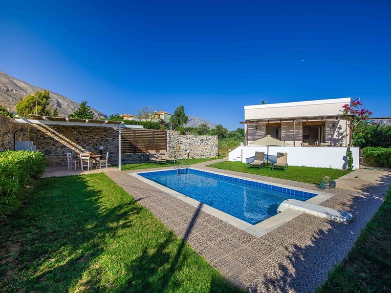 Gasparakis villas. Iris bungalow, private pool and garden, COCO-MAT mattress., holiday rental in Lefkogia