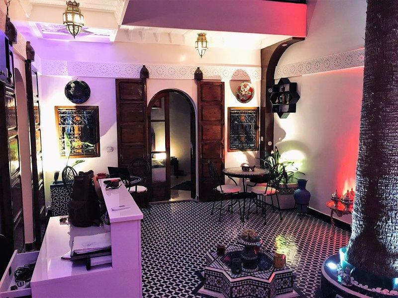 Un Riad de charme : 5 chambres au cœur du quartier touristique de la Kasbah., alquiler de vacaciones en Ait Azzi