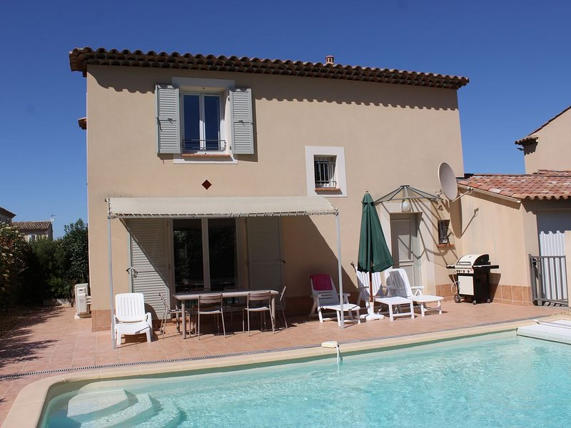 Modern Villa With Private Pool And Enclosed Garden, Ferienwohnung in St-Rémy-de-Provence